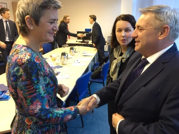 Komisařka Margrethe Vestager a předseda ÚOHS Petr Rafaj.